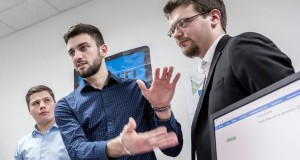 Étudiants d'IN'TECH lors de la présentation de leur projet informatique