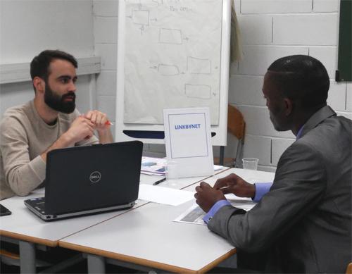 Les professionnels font passer des entretiens aux étudiants IN'TECH avec peut-être un stage à la clé