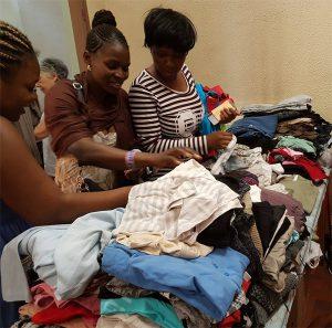La distribution de vêtement a lieu dans des locaux des Restos du Coeur d'Ivry